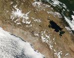 Nieve a través de las cumbres de Perú